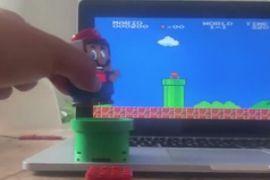 Biến đồ chơi Mario thành cần điều khiển game Super Mario Bros.
