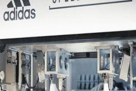 Adidas đóng cửa hai nhà máy vận hành bằng robot